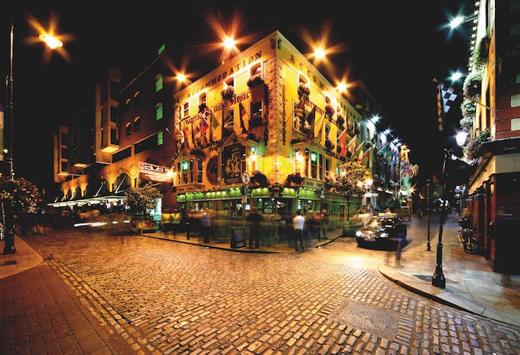 Night view of Temple Bar Street in Dublin, Ireland